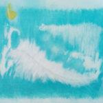 Weiße Feder vor Blaugrün mit gelbem Tupfer oben links