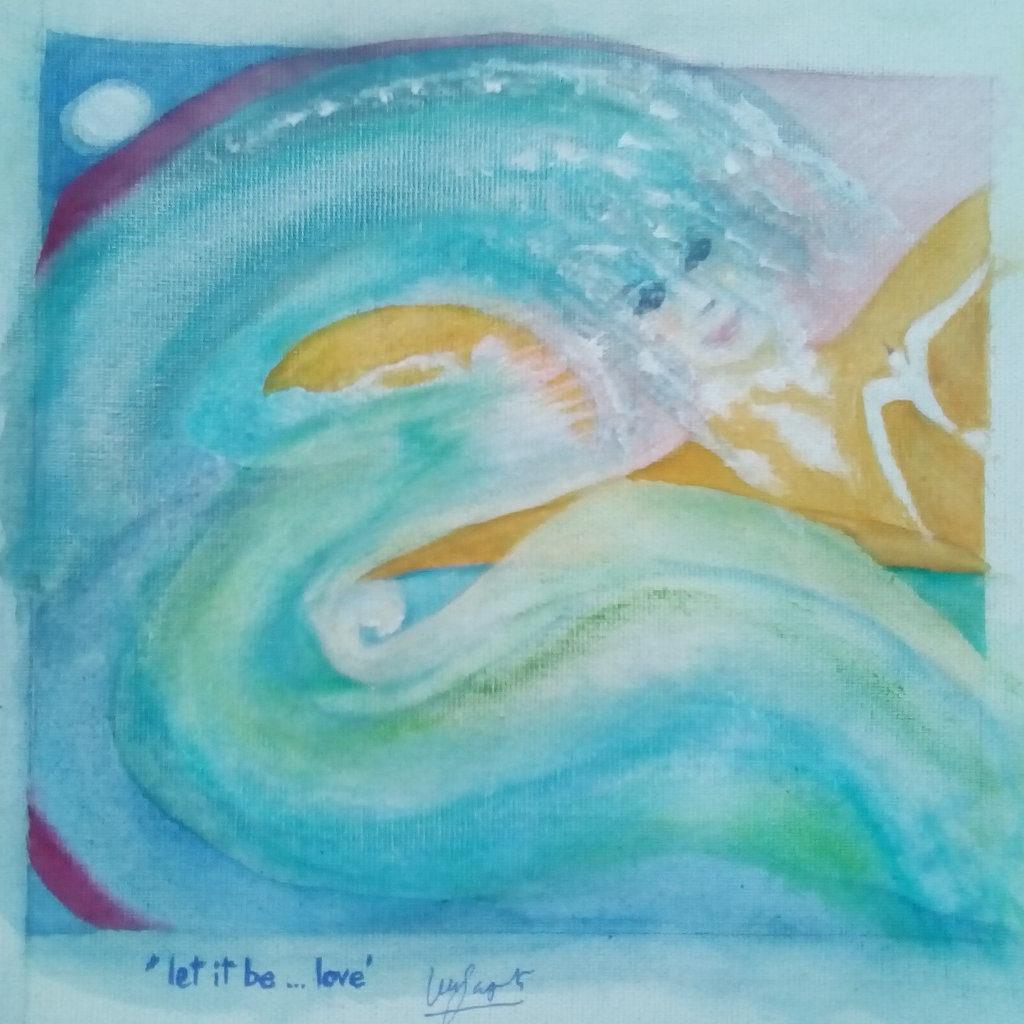 Eine Frau mit blauem, wellendem Haar, das drei viertel des Bilds einnimmt und wie Wellen wirkt.