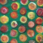 Bunte Punkte auf grünem Hintergrund wie kleine Kuchen oder FRüchte, zart gemalt.