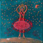 Eine Tänzerin mit hochgereckten Armen als Strichzeichnung. Rot. Im Himmel rote Punkte. Das Kleid der Tänzerin sieht aus wie ein Virus.