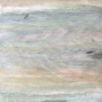 Milchiger Himmel mit zwei winzigen Vögeln in pastellfarbenen Grauttönen mit ein bisschen rötlichem Schimmer.