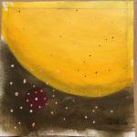 Gelbe Kugel mit roten Punkten über bräunlich schwarzem Hintergrund wirkt wie eine Planetenszene.