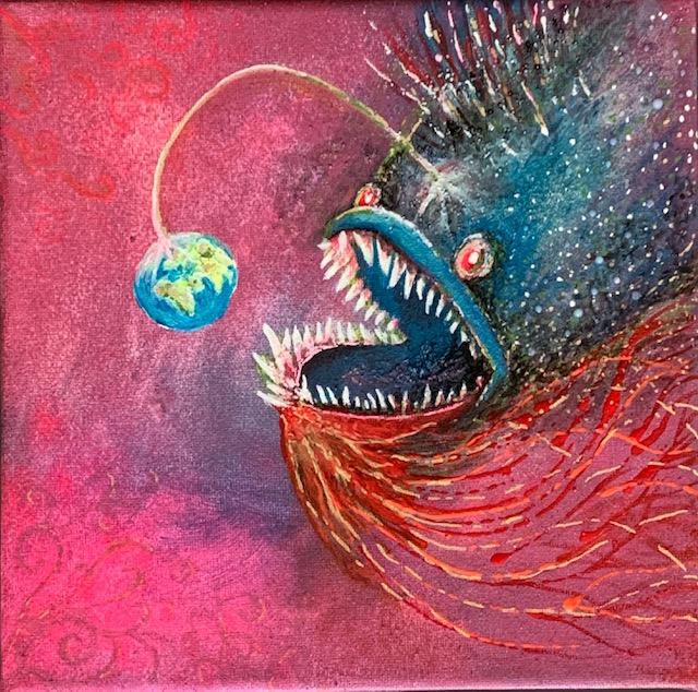 Ein Raubfisch löst sich aus einem lila Meer und jagt mit offneem Maul einen kleinen blauen Planeten, droht, ihn zu verschlingen.