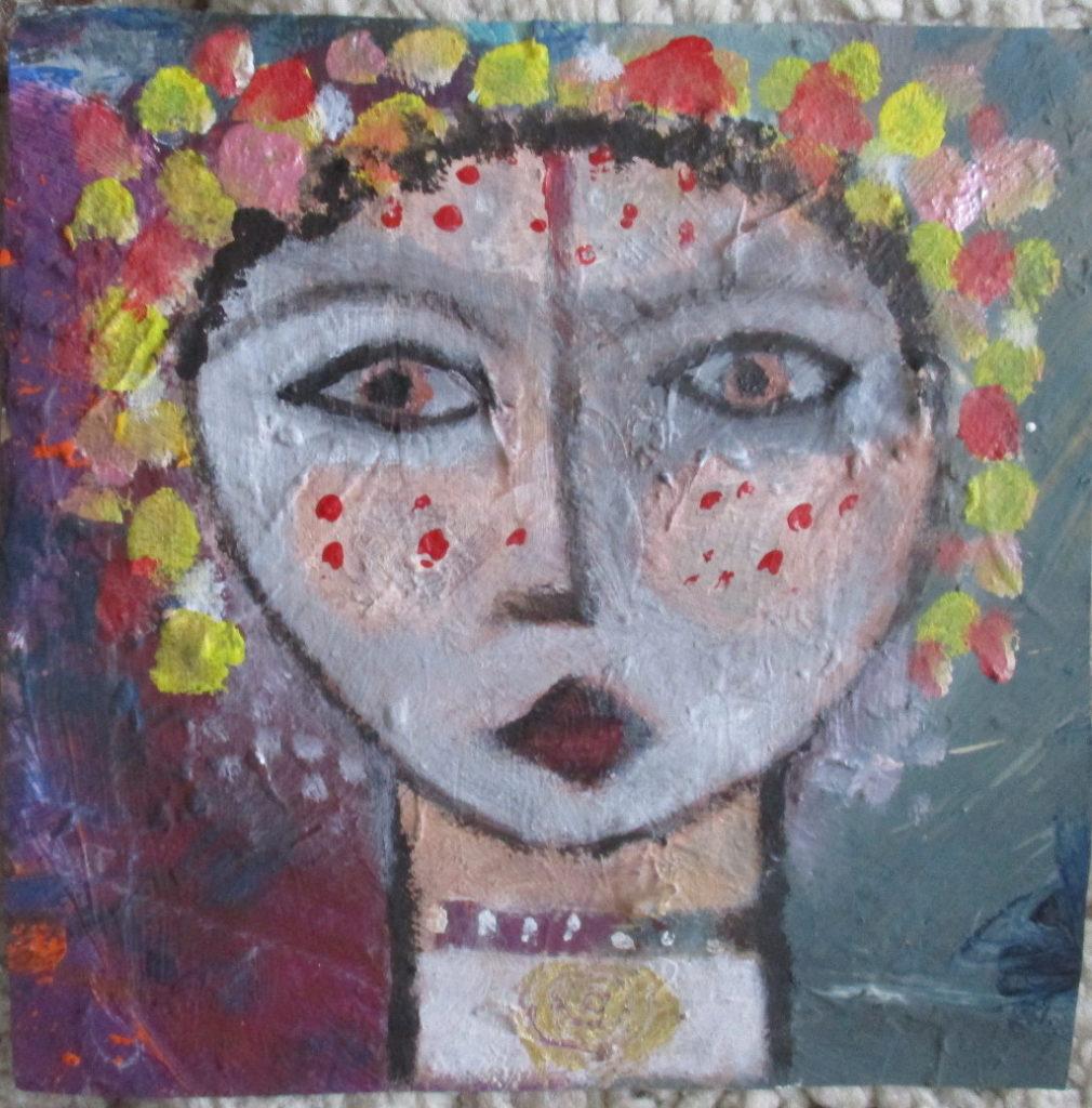 Frauengesicht mit großen mandelförmigen Augen und spitzem Mund. Auf dem Kopf gelbe und rote Punkte.