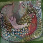 Ein pastellfarbener phantastischer Vogel mit vielen Federn und einem menschlichen Auge und einem Flügel, der auch eine Hand sein könnte.