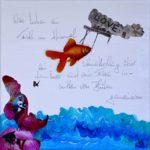 Wasser, lila Blume, Eine griechische Büste, Fisch im Himmel. Schriftzug Love und: Wir haben einen Fisch im Himmel, einen Schmetterling über dem Meer und eine Frau inmitten von Blüten gemeinsam (Handschrift).
