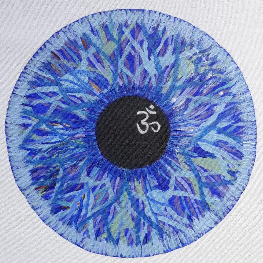 Gemälde einer Art blauen Augeniris mit schwarzer Pupille und darin ein fremdländisches Schriftzeichen.