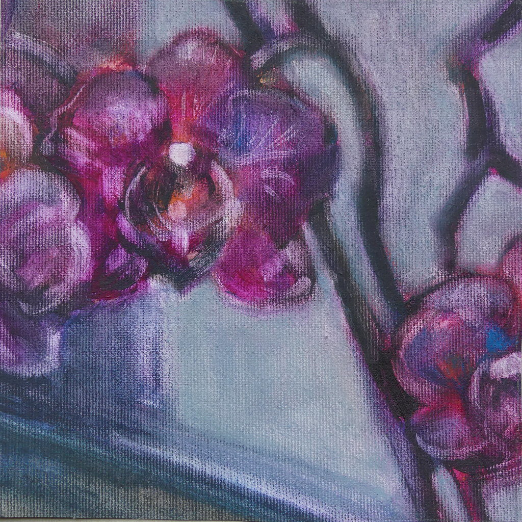 Lila bis bläuliche Blumen vor einem Fenster. Man erkennt die Leinwandstruktur.