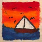 Ein Segelschiff vor orangenem Himmel, darin schwarze Vögel. Das Segel ist weiß.