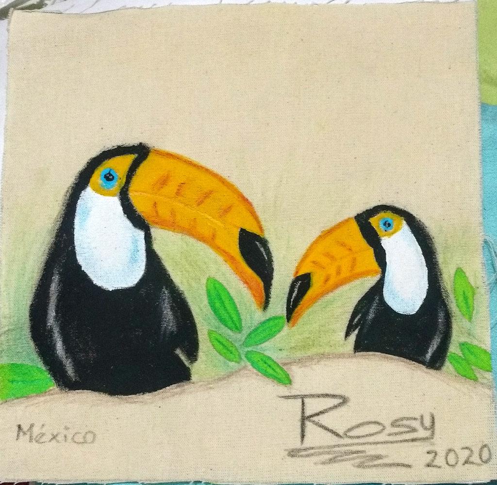 Zwei schwarze Papageienvögel mit riesigen gelben Schnäbeln und blauen Augen neigen sich einander zu.