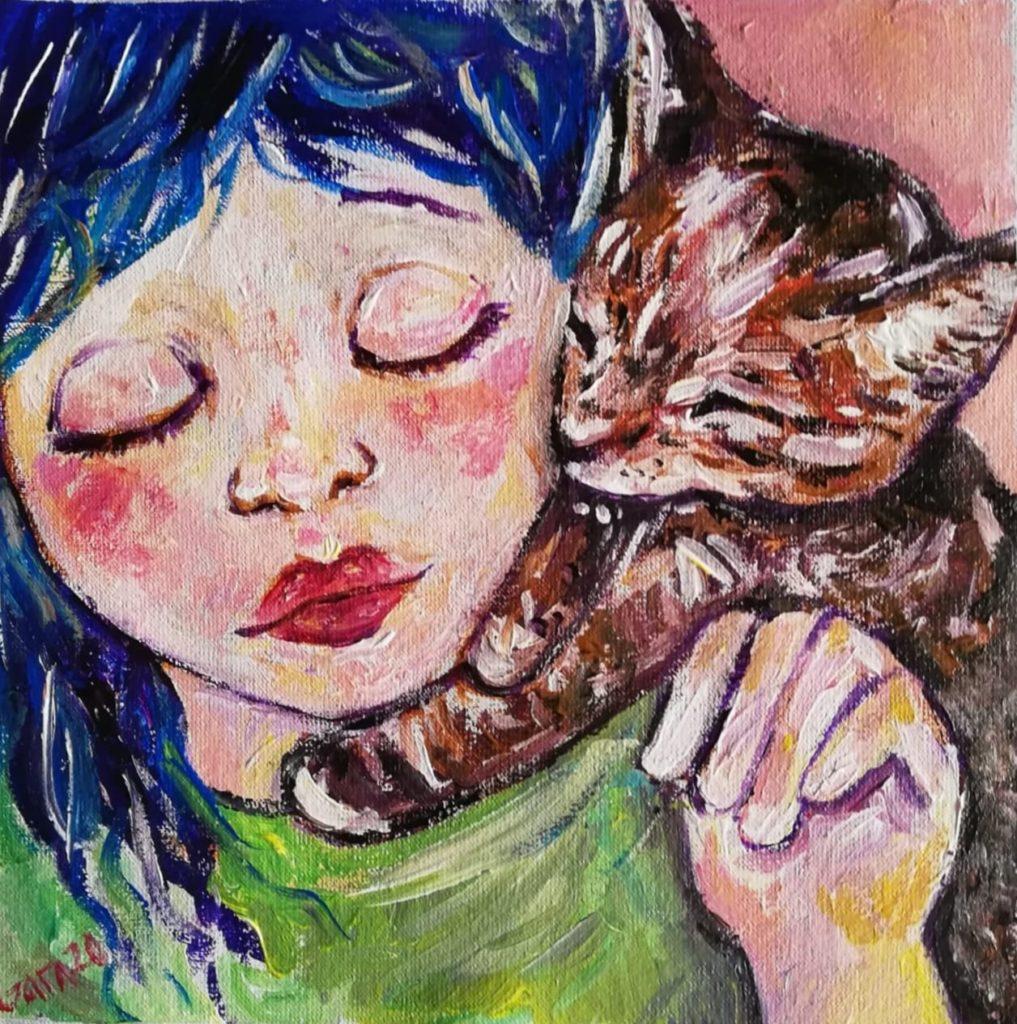 Ein Mädhcen hat die großen Augen geschlossen, blaues Haar und rote Bäckchen. Auf der Schulter trägt sie eine verspieltes, rotbraun geschecktes Kätzchen.