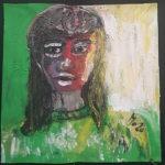 Portrait einer Frau mit dunklen langen Haaren vor grün, das in ihren Pullover zu fließen scheint. Ihr Gesicht ist rechts rot und schattiert nach links ins Schwarze.