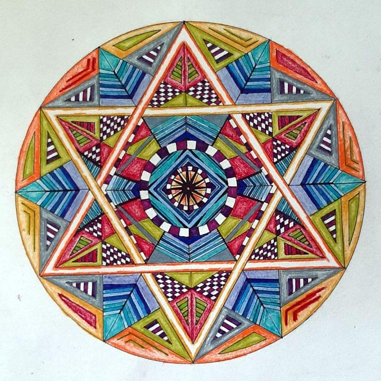 Ein Mandala aus übereinander gelegten achtzackigen Sternen, gelb, blau und rot in einem Kreis.