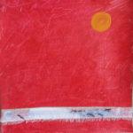 Sonne vor rotem Hintergrund, durch den ein zerfranstes Band läuft, das an ein Heftpflaster erinnert.