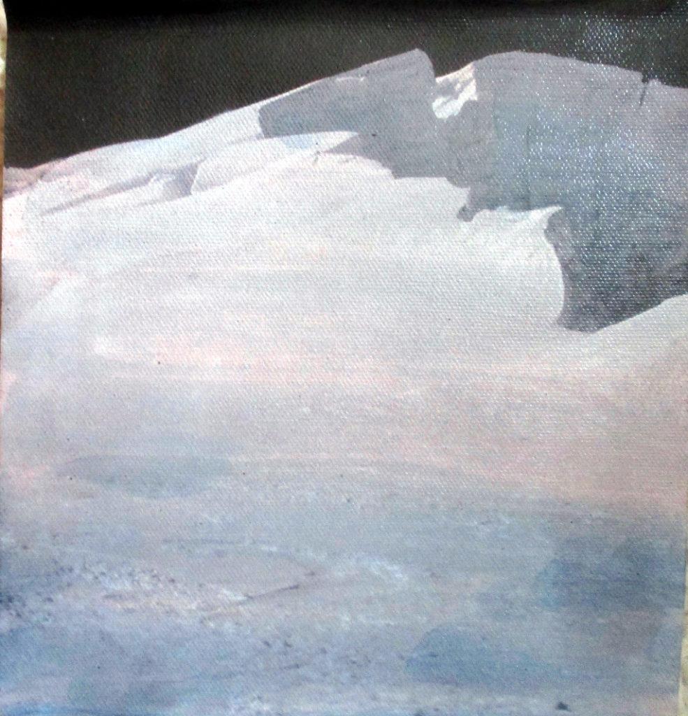Monochrom grau bis schwarzes Bild eines riesigen Berges, der fast die gesamte Bildfläche einnimmt.