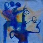 Zwei abstrakte tanzende Wesen mit filigranen Gliedmaßen vor blauem Hintergrund mit rötlicher Einsprenkelung.
