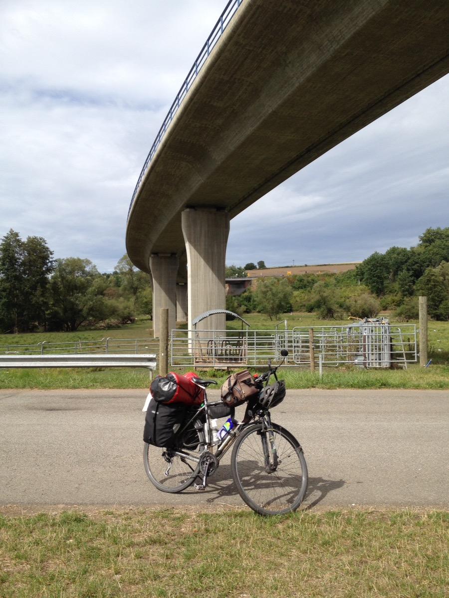 Bei Hornbach unterquert der radwweg eine hohe Straßenbrücke. Radel im Vordergrund