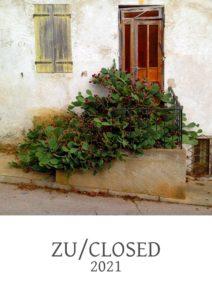 Tür mit von blühenden Kakteen verwachsener Eingangstreppe als quadratisches Motiv über dem Schriftzug Zu/Closed 2021
