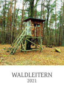 Hochsitz im Wald quadratisch über dem Schriftzug Waldleitern 2021. Ein Kalenderdeckplattt im Hochformat.