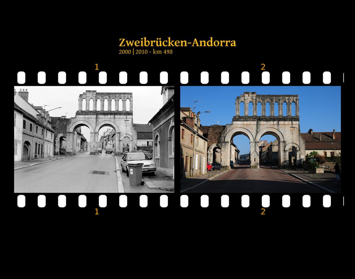 Ein altes römisches Stadttor in Straßenflucht. Daneben modernere französische Stadthäuser, Autos, Mülltonnen. Zwei Bilder auf Fimstreifen mit schwarzem Hintergrund montiert. Links die schwarz-weiß-Version, rechts bunt zehn Jahre später aufgenommen. Titel Zweibrücken-Andorra 2000-2010 km 498.
