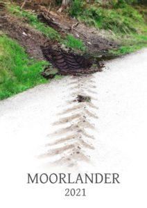 Auf dem weißen Vordergrund führt pfeilförmig eine braune Spur eines Traktorhinterreifens auf eine grüne Böschung zu, garniert mit dem Schriftzug Moorlander 2021. Ein Kalenderblatt